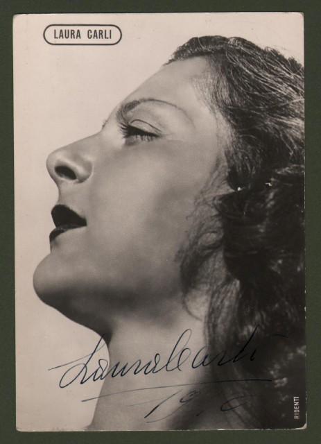 CARLI LAURA (Forlì 1909-Forl' 2005). Attice italiana di teatro, cinema e televisione. Sua firma su foto cartolina che la raffigura, datata 1940.
