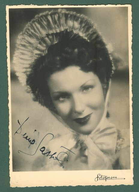 SASSOLI DIVA (Rimini 1920 - Roma 2008). Attrice teatrale e cinematografica.Resa celebre dalla sua interpretazione di Lucia nel film, I Promessi Sposi, del 1941 di Mario Camerini Firma autografa al recto di sua foto cartolina.