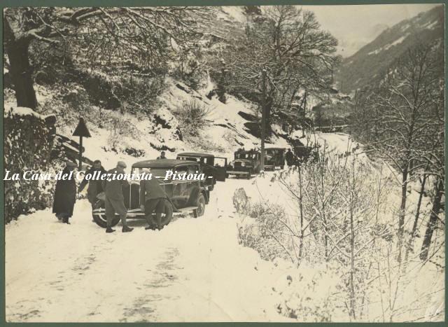 AUTOMOBILISMO. Circuito invernale del Sestrieres. 11 dicembre 1932. Un concorrente in difficoltà lungo la salita di Exilles.