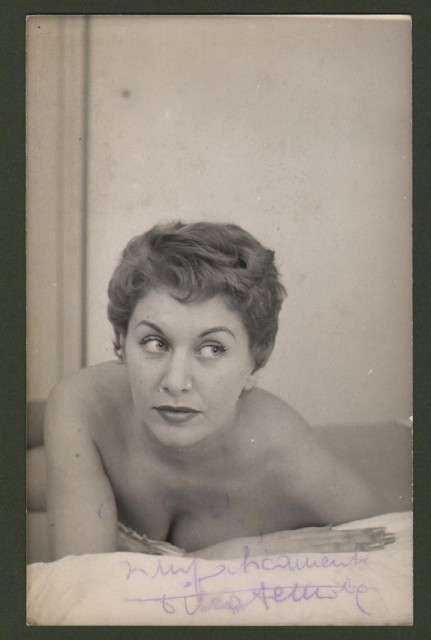 DE MOLA TINA (Milano 1923-Roma 2012), celebre attrice e soubrette, moglie di Renato Rascel. Sua foto cartolina con dedica e firma.