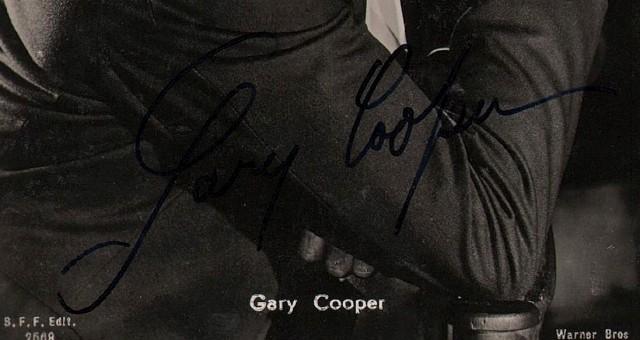 GARY COOPER pseudonimo di Frank Jhon C. (Elene N.T. 1901 - Hollywood 1961). Attore cinematografico. Sua firma autografa su sua fotocartolina edita da Ballerini & Frattini di Firenze.