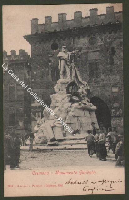 Lombardia. CREMONA. Monumento Garibaldi e persone.