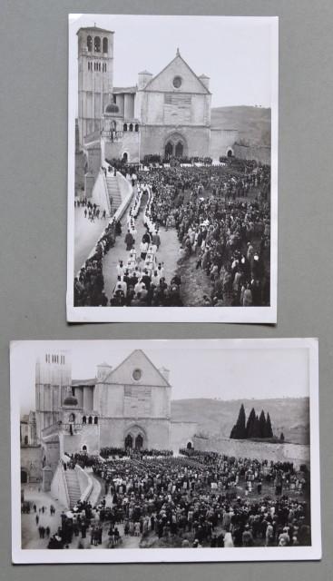 ASSISI. Due foto d'epoca di Amerigo Lunghi (1884 - 1952).  Una cerimonia davanti alla basilica di S. Francesco.