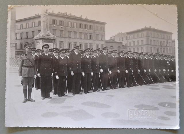 LIVORNO. Rivista del 11 novembre 1936, schieramento in Piazza C. Alberto della sezione ufficiali della R. Marina. Foto Giambruni.